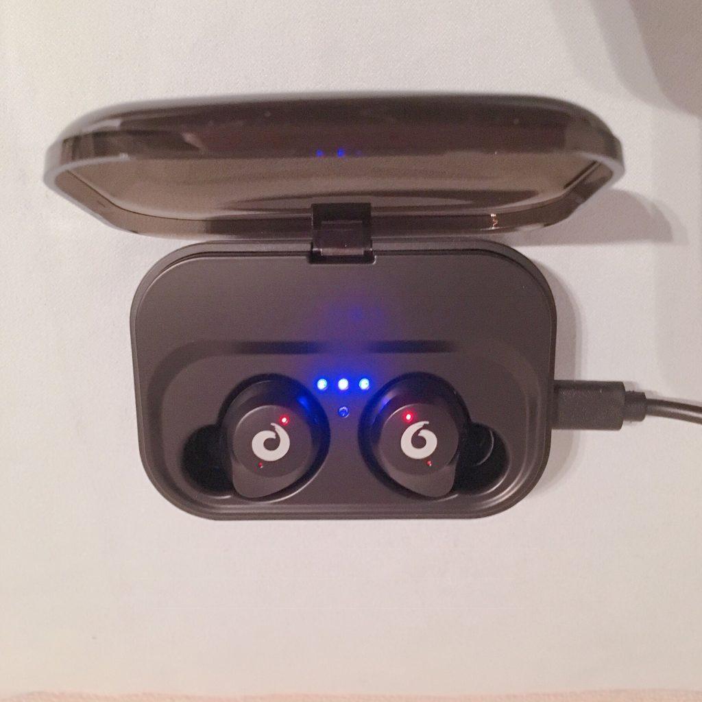 iKanziのTWS-X9充電中
