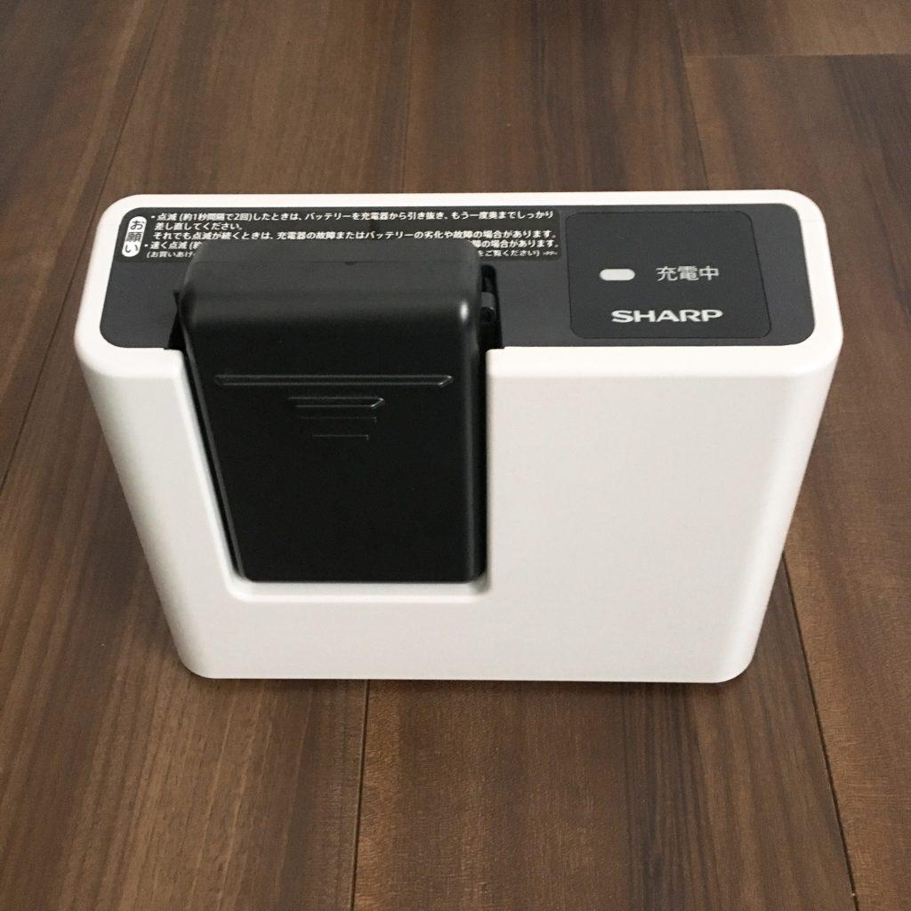 EC-AR2Sの充電器にバッテリーをセット