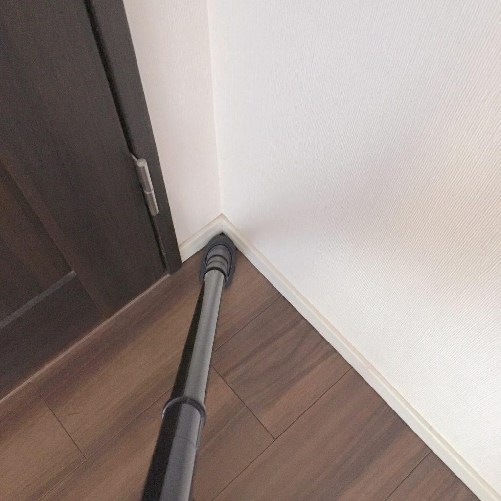 スグトルブラシで部屋の隅を掃除する