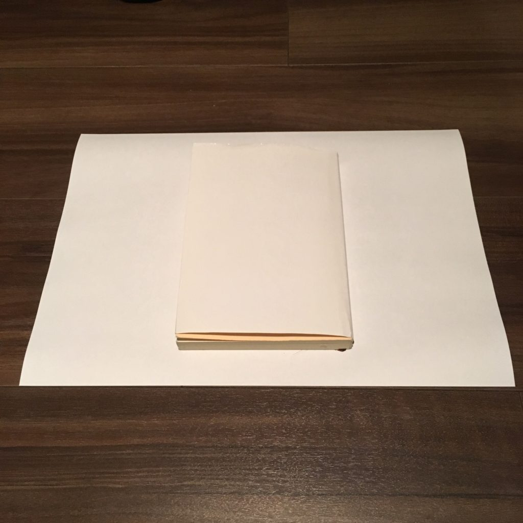 Amazonオリジナルブックカバーを文庫本に取り付ける