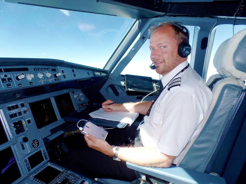 Zendure A5を手にするパイロット