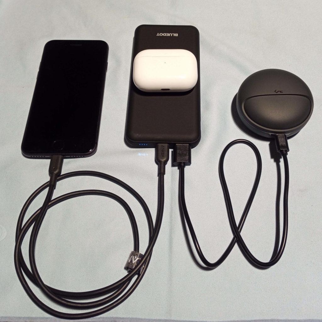 BMB-Qi10は3台のデバイスを同時充電できる