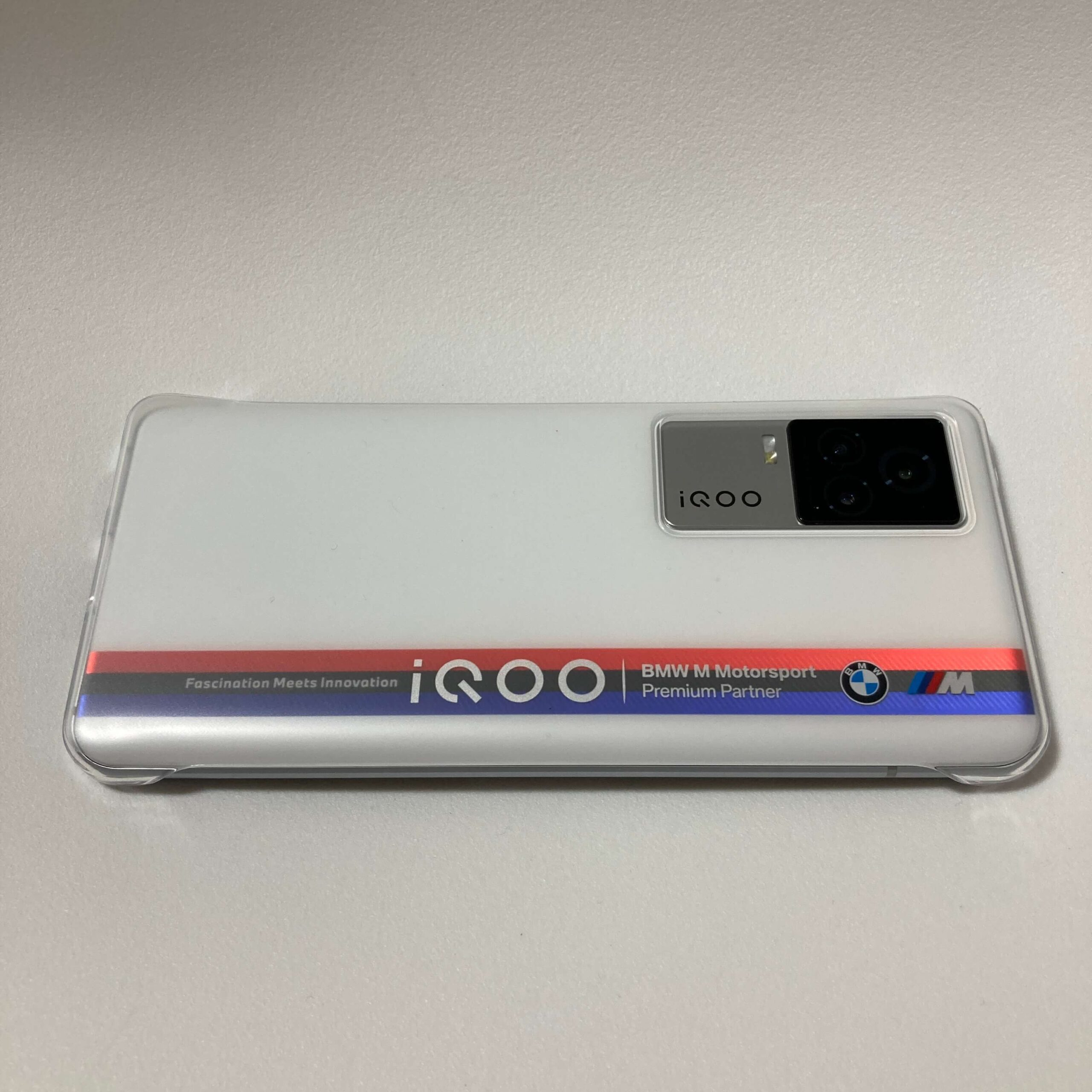 付属ケースを装着したiQOO 7